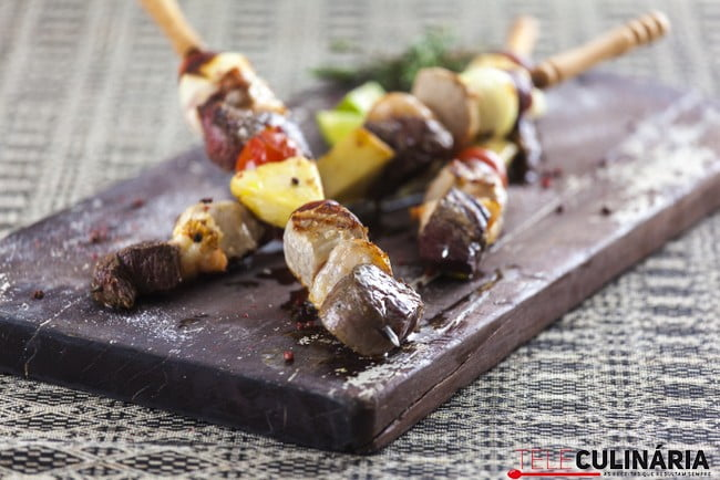 Espetadas mistas de carne com camarão