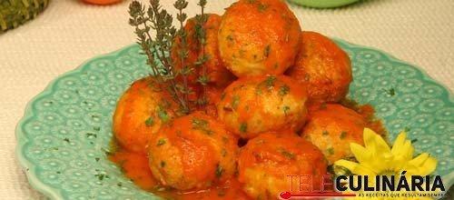 Almôndegas de batata e cenoura com molho de tomate