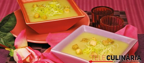 Aveludado de alho-francês com croutons de alho