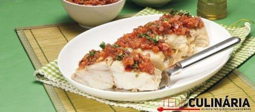 Bacalhau escalfado em azeite com tomate e salpicão