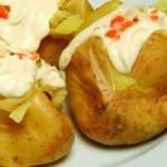 Batatas recheadas com maionese e pickles