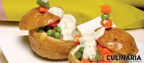 Batatas assadas com legumes e iogurte