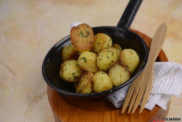 Batatinhas salteadas em crosta de salsa