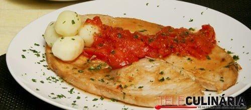 Bifes de espadarte com tomate