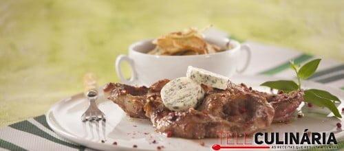 Bifes do cachaço com manteiga de ervas e batatas de cebolada
