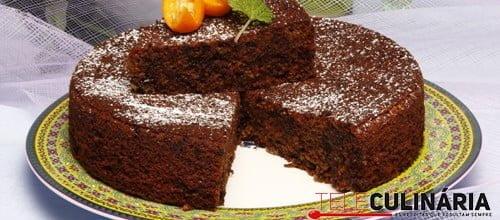 Bolo de chocolate preto com ameixas secas
