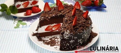 Bolo de chocolate com natas e morangos 3 D