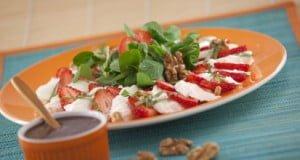 Canónigos com mozzarella, morangos e molho balsâmico