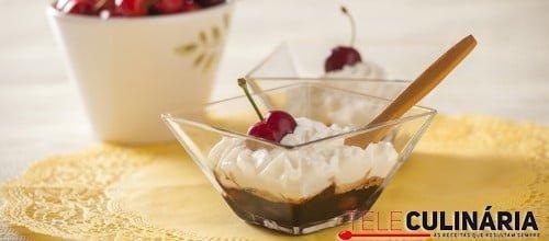 Cerejas caramelizadas com balsâmico e chantilly