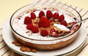 Clafoutis de frutos do bosque e amêndoa