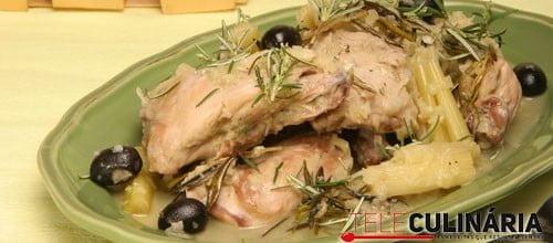 Coelho estufado com aipo e azeitonas