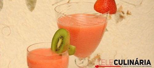 Cocktail de gin com morangos e kiwi