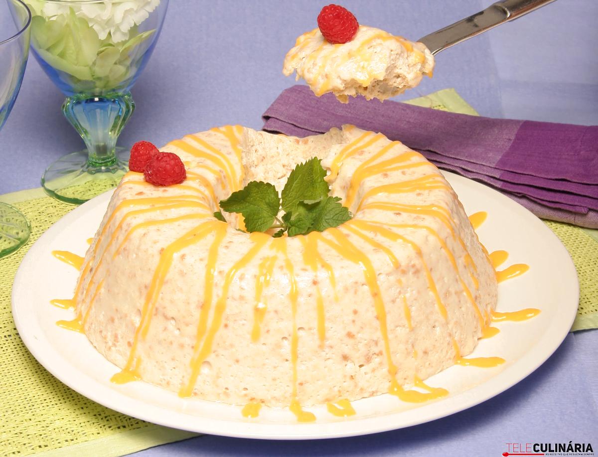 Coroa de bolacha e leite condensado com creme de ovos