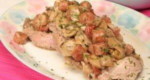 Costeletas de porco com salsichas e cogumelos