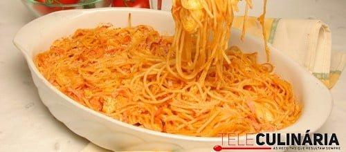 Esparguete com frango, fiambre e queijo