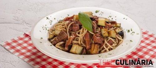 Esparguete com carne e beringela