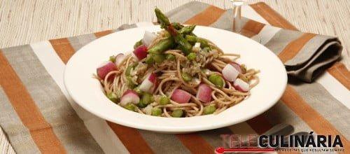 Esparguete integral com anchovas e espargos
