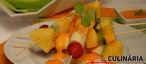 Espetadas de fruta com creme de ovos