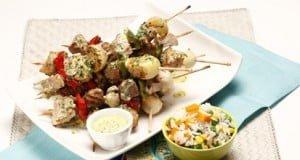 Espetadas de carne com arroz de legumes