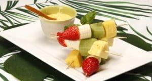Espetadas de fruta com leite-creme