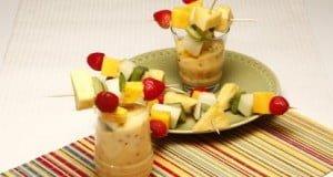 Espetadas de fruta com leite-creme de maracujá