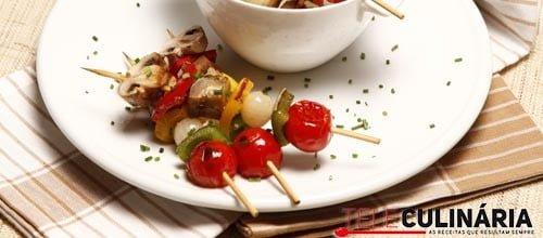 Espetadinhas de vegetais com molho pimenta