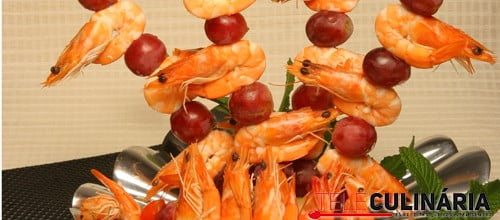 Espetos de uvas e camarão