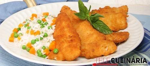 Filetes de pescada com arroz colorido