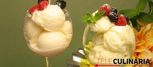 Gelado de iogurte natural com frutos silvestres