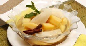 Fruta cozida ao vapor com xarope de canela