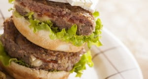 Hambúrgueres de novilho com queijo brie
