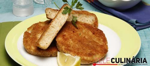Hambúrguer de peixe com salada