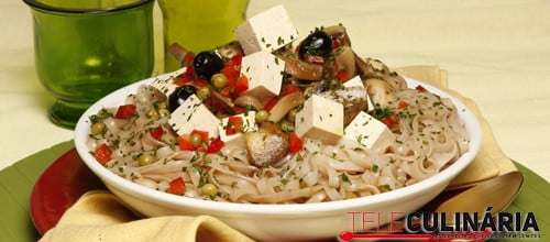 Massa com tofu e cogumelos