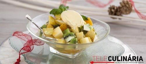 Misto de fruta da época com mel, hortelã e gelado