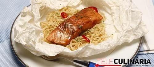 Papelotes de salmão e massa chinesa