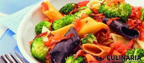 Pasta colorida com brócolos