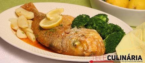 Peixe no forno com rústico e legumes