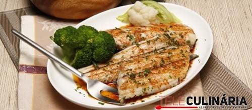 Peixe-espada grelhado com brócolos