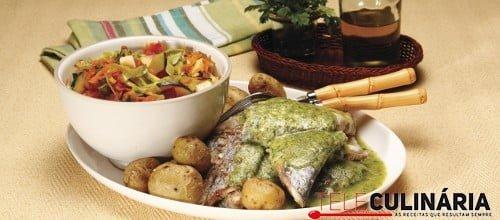 Peixe-espada grelhado com molho de salsa