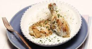 Pernas de frango grelhadas com molho de iogurte