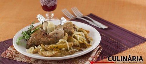 Pernas de frango assadas com batatas à padeiro