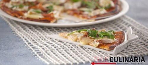 Pizza de queijo brie com presunto e rúcula