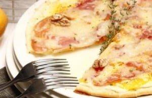 Pizza de presunto com laranja e nozes