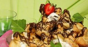 Profiteroles enrolados com gelado e chocolate