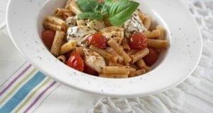Salada de massa, tomate e mozzarella fresco