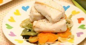 Tranches de pescada com legumes variados
