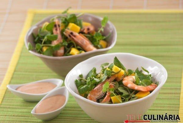Salada de agrião com camarão e molho cocktail