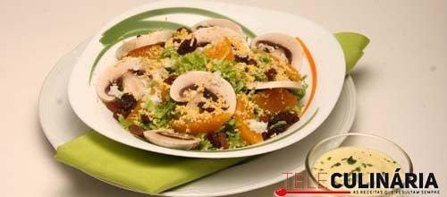 Salada de alface frisada com cogumelos e sultanas