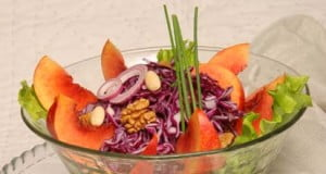 Salada de couve-roxa com pêssego e frutos secos