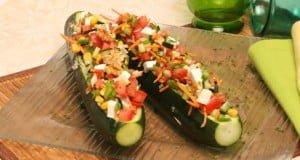 Salada de legumes em caixa de pepino